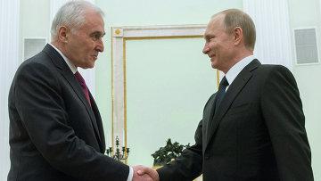 Президент России Владимир Путин (справа) и президент Республики Южная Осетия Леонид Тибилов. Архивное фото