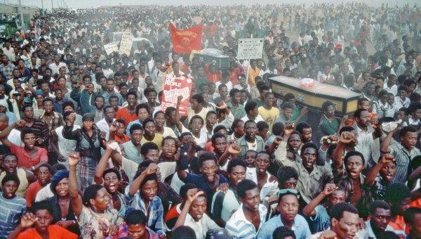 Процессия в Капской провинции в знак траура по погибшим от рук полиции в Уитенхаге. Южная Африка,1985 год. Архивное фото