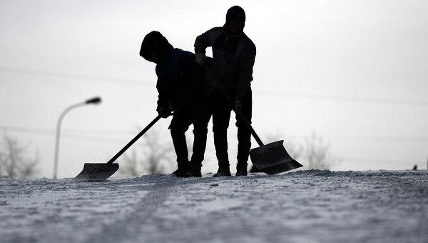 Сотрудники служб ЖКХ убирают снег, архивное фото