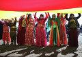 Сторонники курдского лидера Абдуллы Оджалана с курдским флагом во время празднования Навруз в Стамбуле, Турция. 22 марта 2015 год