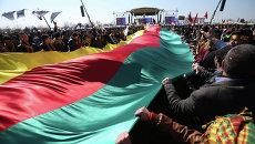 Сторонники курдского лидера Абдуллы Оджалана с курдским флагом во время празднования Навруз в Стамбуле, Турция. Архивное фото