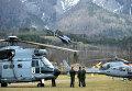 Вертолеты французской службы спасения вблизи места крушения Airbus A320 во французских Альпах