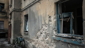 Многоквартирный жилой дом, пострадавший в результате обстрелов во время боевых действий в городе Дебальцево. Архивное фото