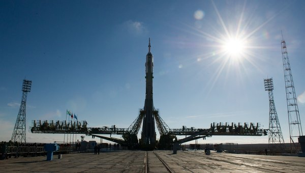 Вывоз на старт ракеты Союз-ФГ с ТПК Союз ТМА-16М. Архивное фото