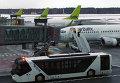 """Вид на летное поле международного аэропорта """"Рига"""" из зала ожидания. Архивное фото"""