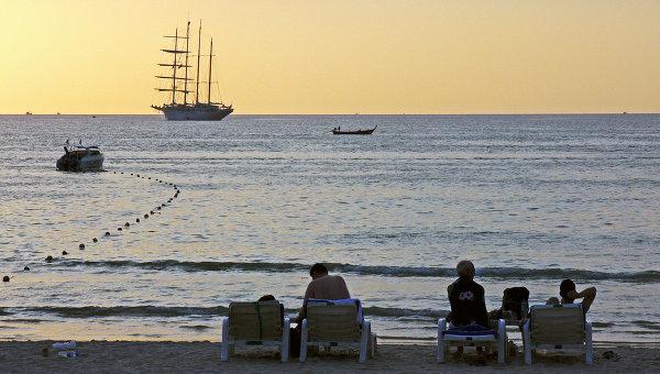 Отдыхающие туристы на пляже курорта Патонг, Таиланд. Архивное фото