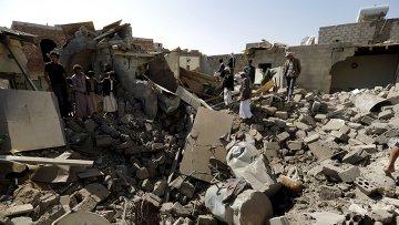 Дома, разрушенные в результате авиаударов в Йемене