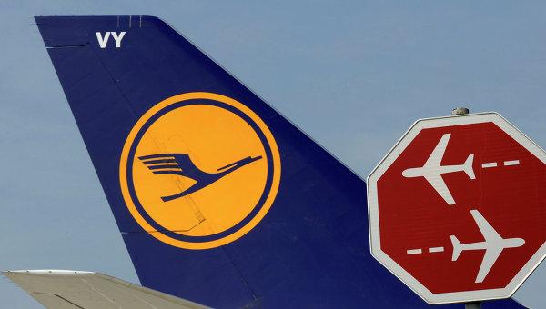 Логотип авиакомпании Lufthansa на корпусе самолета. Архивное фото