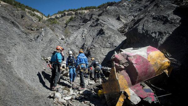 Поисково-спасательные работы на месте крушения самолета Airbus A320 на юго-востоке Франции. Архивное фото