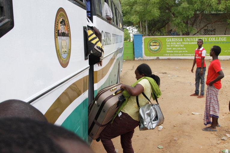 Студенты садятся в автобус недалеко от места нападения на университетский кампус в городе Гарисса