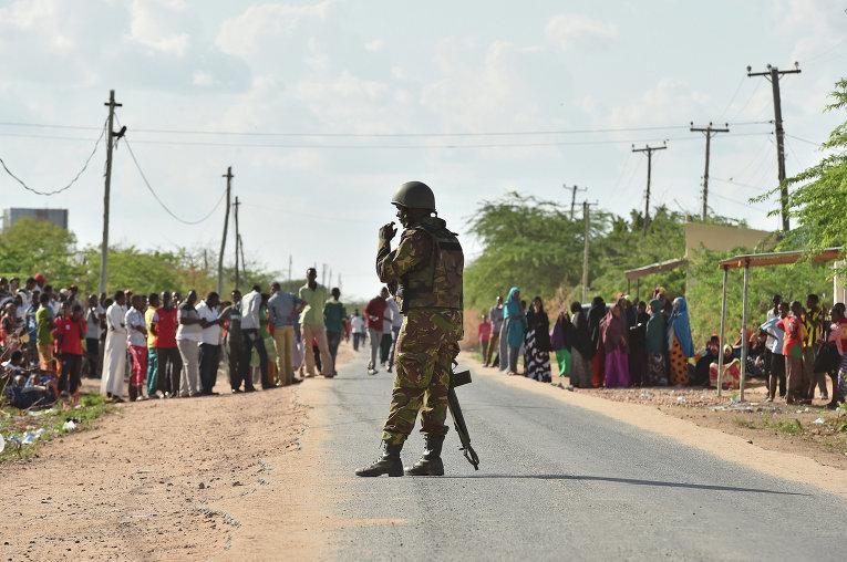 Солдат сил самообороны Кении возле университета в городе Гарисса