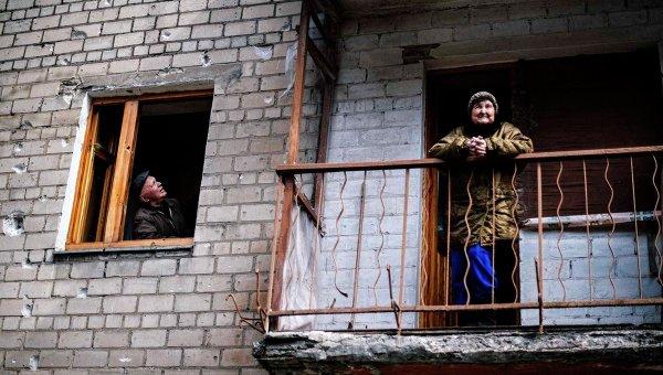 Жительница на балконе дома в Киевском районе города Донецка
