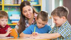 Дети во время занятий с преподавателем