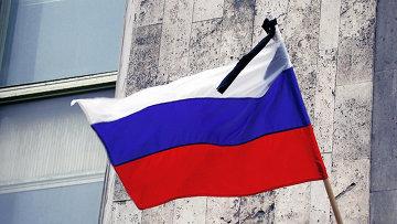 Траурная лента на флаге России, архивное фото