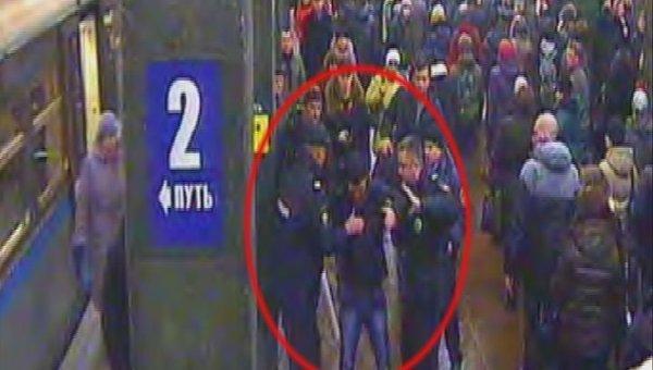 Задержание гражданина, угрожавшего пистолетом контролеру в вестибюле метро Щелковская