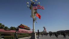 Военный смотрит на флаги США и Китая. Архивное фото