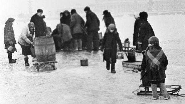 Жители Ленинграда берут воду из проруби