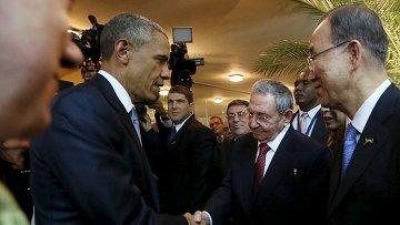 Кубинский лидер Рауль Кастро и президент США Барак Обама жмут друг другу руки на Саммите Америк в Панаме
