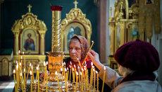 Православные христиане во время празднования Пасхи в Спасо-Преображенском кафедральном соборе, Донецк