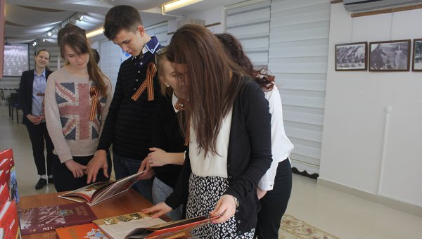 Турецкие школьники и студенты приняли участие в начавшейся в Анкаре акции Георгиевская ленточка, приуроченной к 70-летию Великой Победы