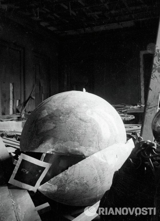 Разрушенный кабинет Адольфа Гитлера в Имперской канцелярии