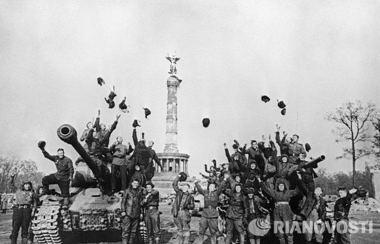 Советские танкисты в Берлине