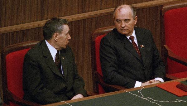 Генеральный секретарь ЦК КПСС  Михаил Горбачев и председатель Президиума Верховного Совета Андрей Громыко. 1985 год