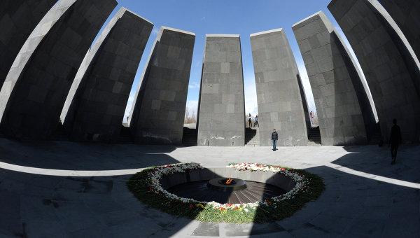 Вечный огонь Мемориала жертв геноцида армян Цицернакаберд. Архивное фото