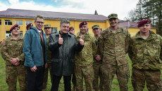 Президент Украины Петр Порошенко с десантниками армии США. Архивное фото