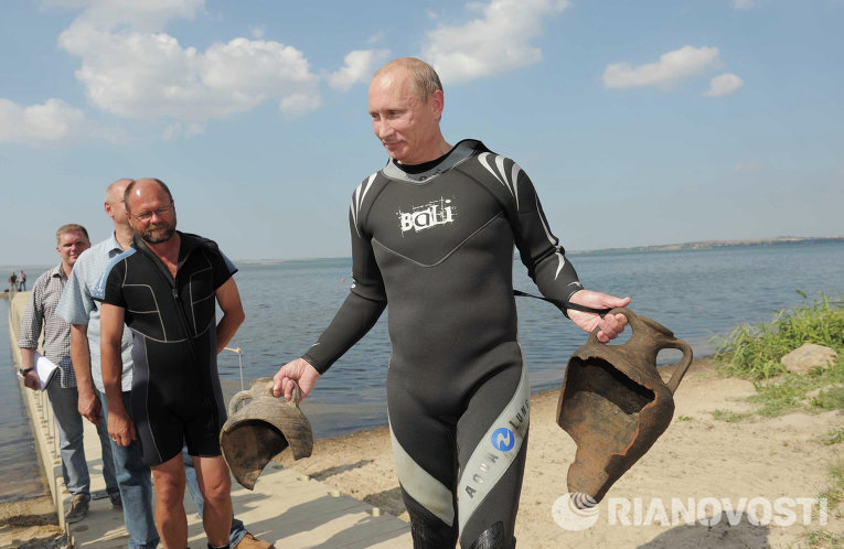 Владимир Путин держит в руках две древние амфоры, которые нашел на дне Таманского залива