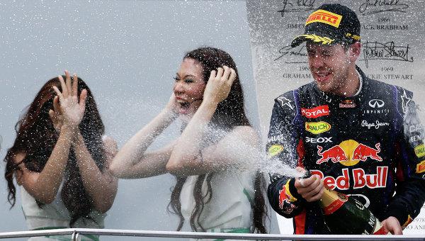 Немецкий автогонщик Себастьян Феттель во время церемонии награждения Гран-при Формулы-1 в Малайзии. 2013 год