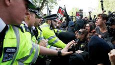 Протест против консерваторов на Даунинг-стрит в Лондоне
