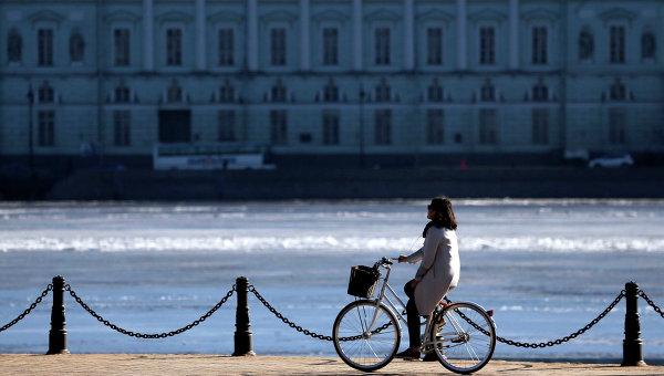 Девушка едет на велосипеде по Набережной Невы в Санкт-Петербурге. Архивное фото.