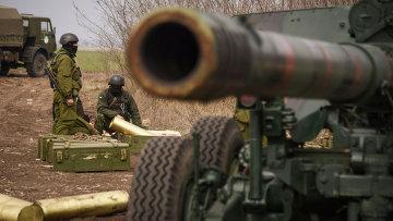 Украинские солдаты на военных учениях возле Мариуполя. Архивное фото