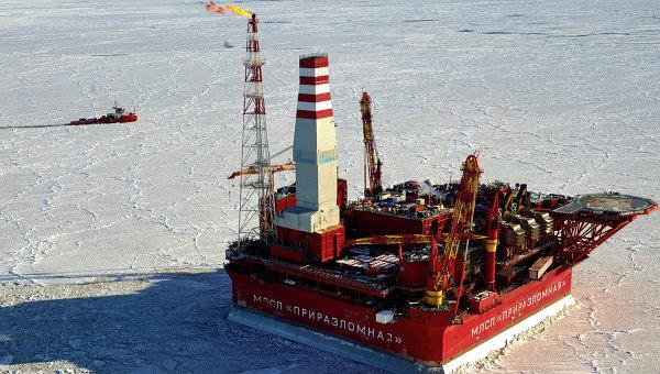 Вид с воздуха на морскую нефтедобывающую платформу Приразломная. Архивное фото