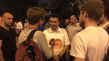 Лидер македонской оппозиции Зоран Заев дает интервью журналистам на бессрочной акции протеста в центре Скопье