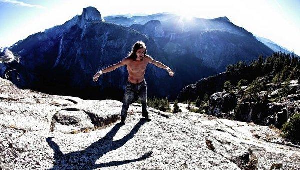 Американский соло-скалолаз, альпинист, бэйс-джампер, бэйсланер и хайлайнер Дин Поттер. Архивное фото