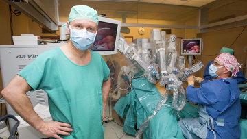 Робот Да Винчи проводит операцию в Университетской Больнице Женевы
