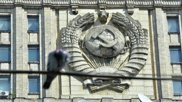 Герб на здании Министерства иностранных дел РФ в Москве. Архивное фото