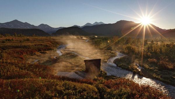 Рассвет у Налычевских термальных источников на реке Горячей в природном парке Вулканы Камчатки