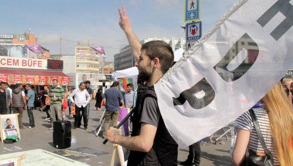Сторонник прокурдской Народно Демократической партии в Стамбуле, Турция. Архивное фото