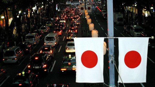 Флаги Японии на улице Токио, архивное фото