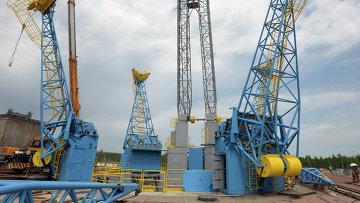 Мачта подачи топлива на стартовом столе космодрома Восточный в Амурской области