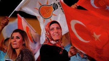 Жители Турции празднуют победу своих партий на парламентских выборах