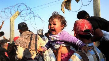 Тысячи сирийцев бегут из страны разрушив пограничный забор юго-востоке Турции