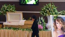 Гроб с телом певицы Жанны Фриске в здании Крокус Сити Холл