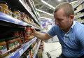 """Овощные консервы фирмы """"Верес"""" производства Украины в одном из супермаркетов Москвы"""