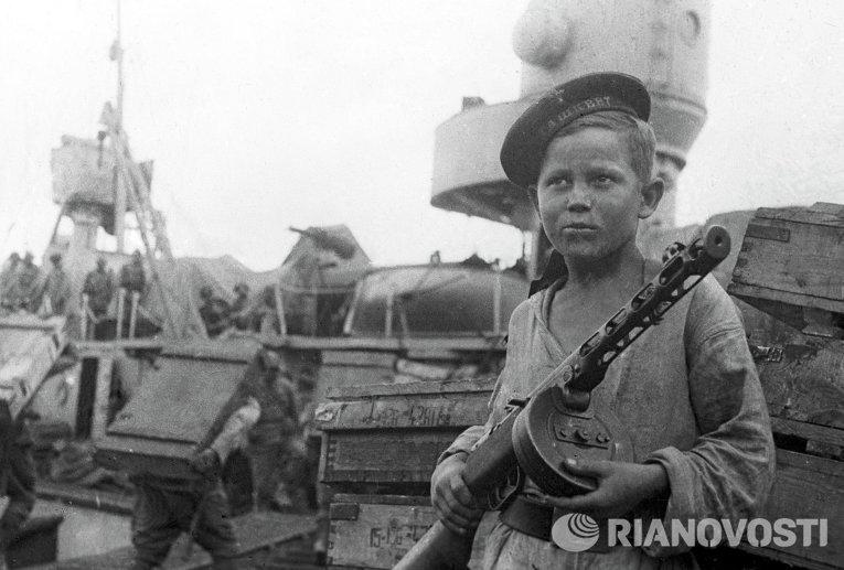 Юнга Боря Кулешин награжден орденом Красной Звезды