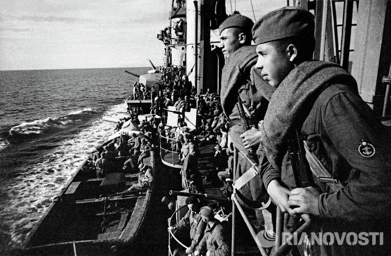 Бойцы Красной Армии, направляющиеся на помощь защитникам Севастополя,