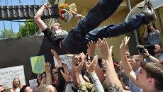 Дениса Полищука, подозреваемого в убийстве украинского журналиста Олеся Бузины, выносят из СИЗО на руках. 23 июня 2015. Архивное фото